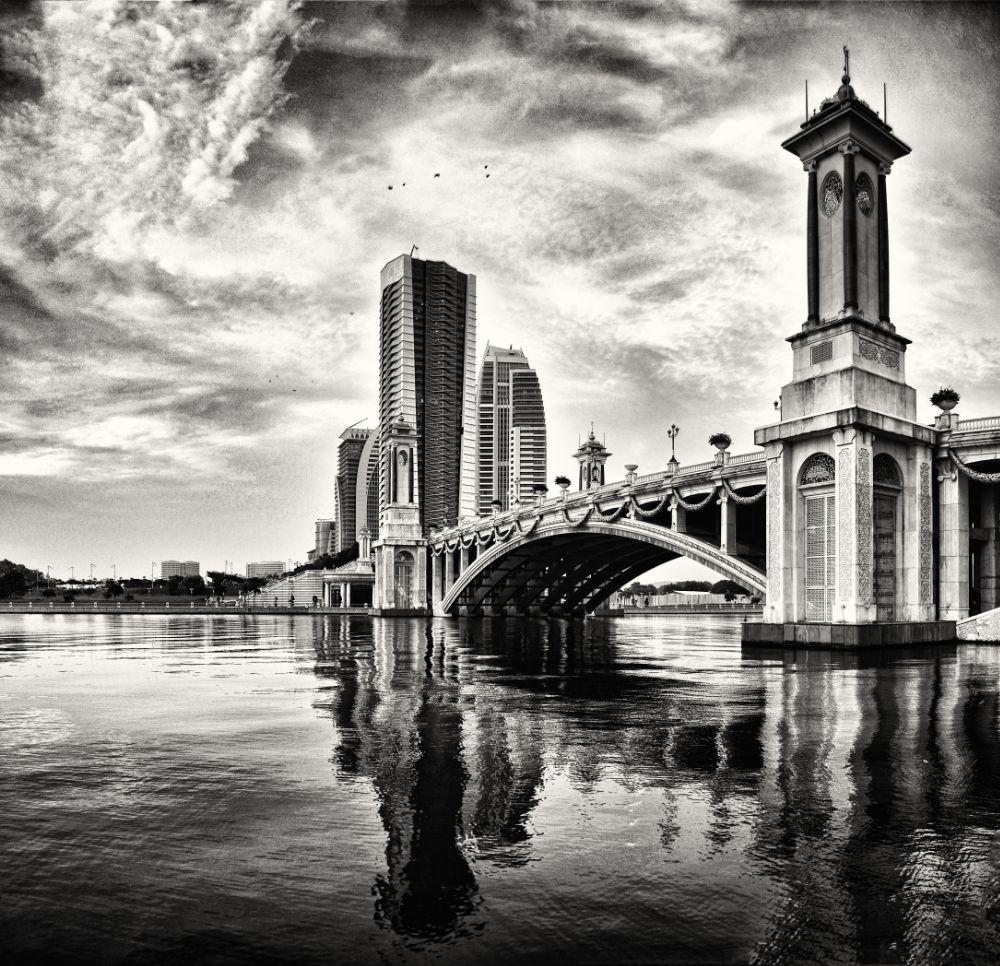 malaysia-putrajaya-golden bridge by Aria Aref