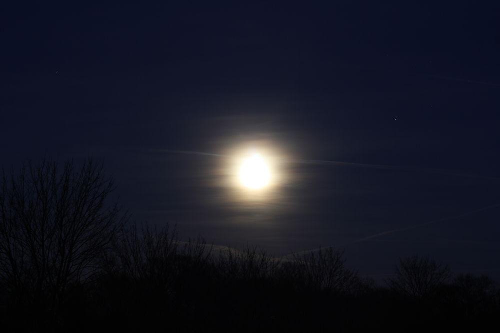 verschwommener Mond - blurred moon    by Nyvophotography