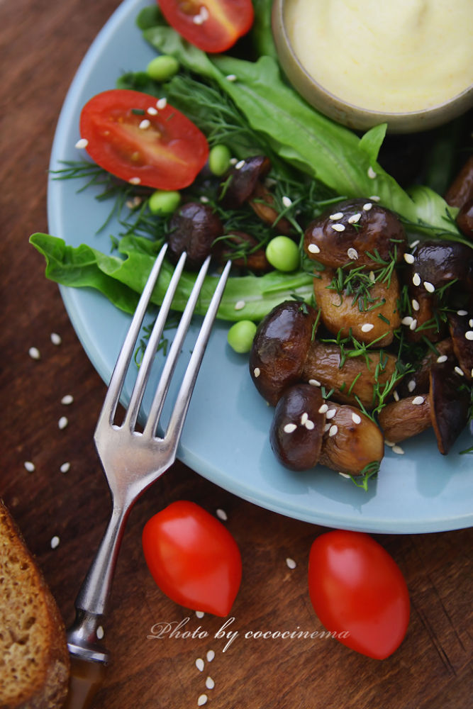 Fried mushrooms with fresh vegetables and herbs by cococinema