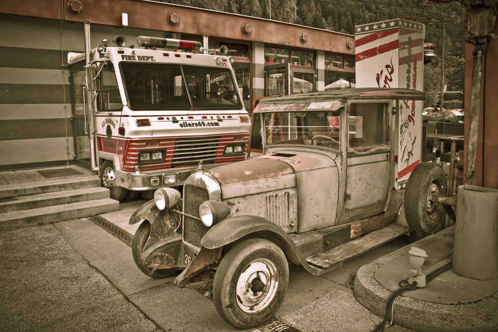 Old car by heresmihai