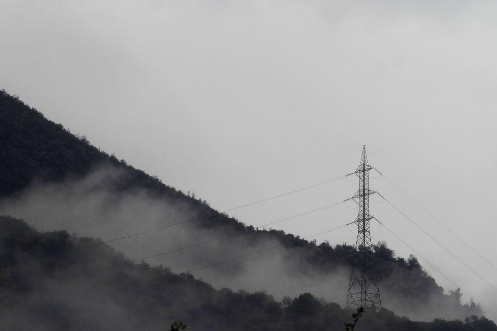 Torre eléctrica de alta tensión en la Cordillera de Los Andes  by rolooyarzun