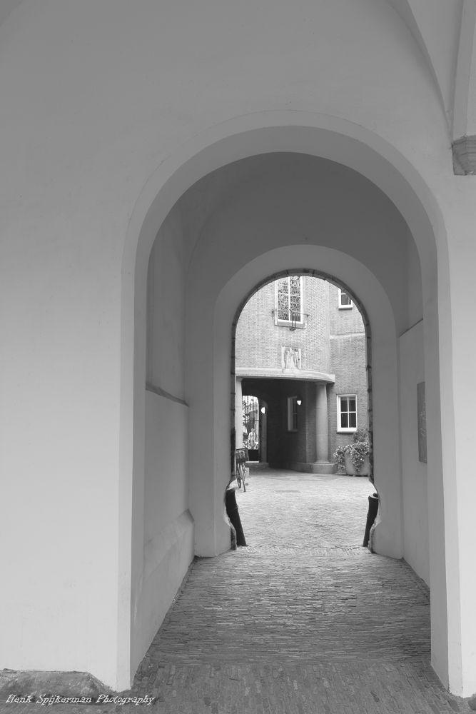 Poortje van stadhuis Haarlem. by henkspijkerman