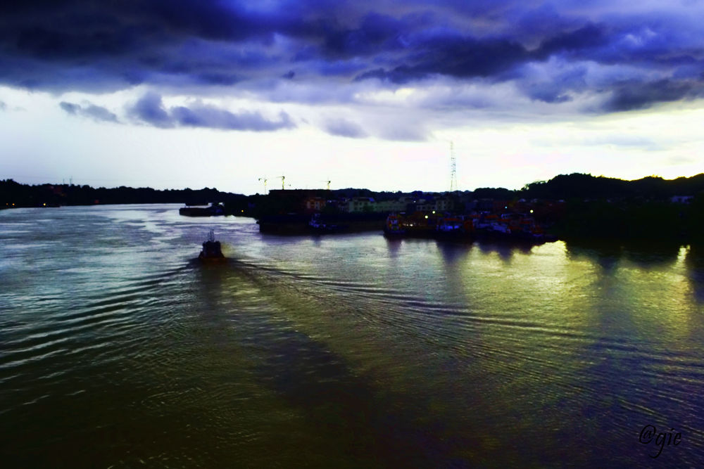 evening time at Mahakam River by gnyomi