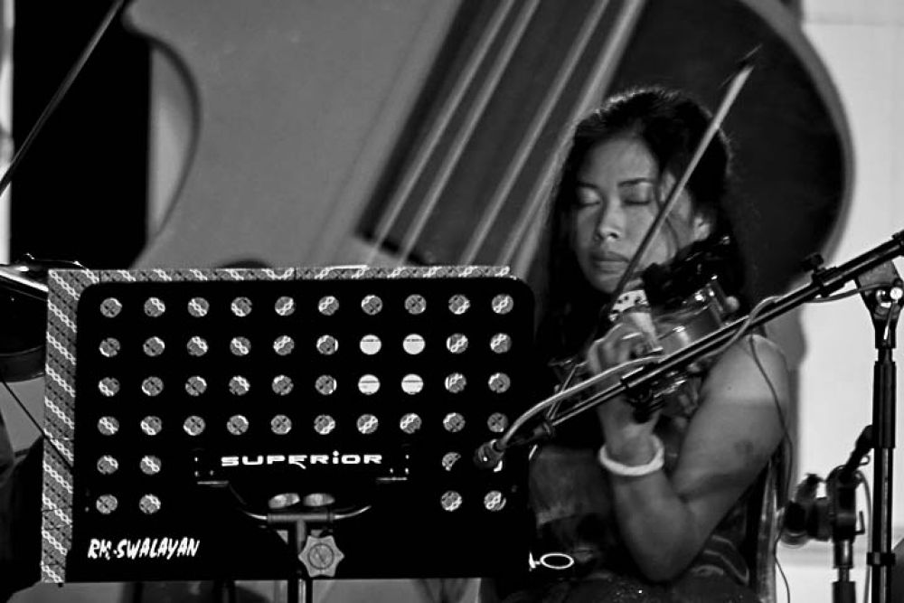 violin girl by gnyomi