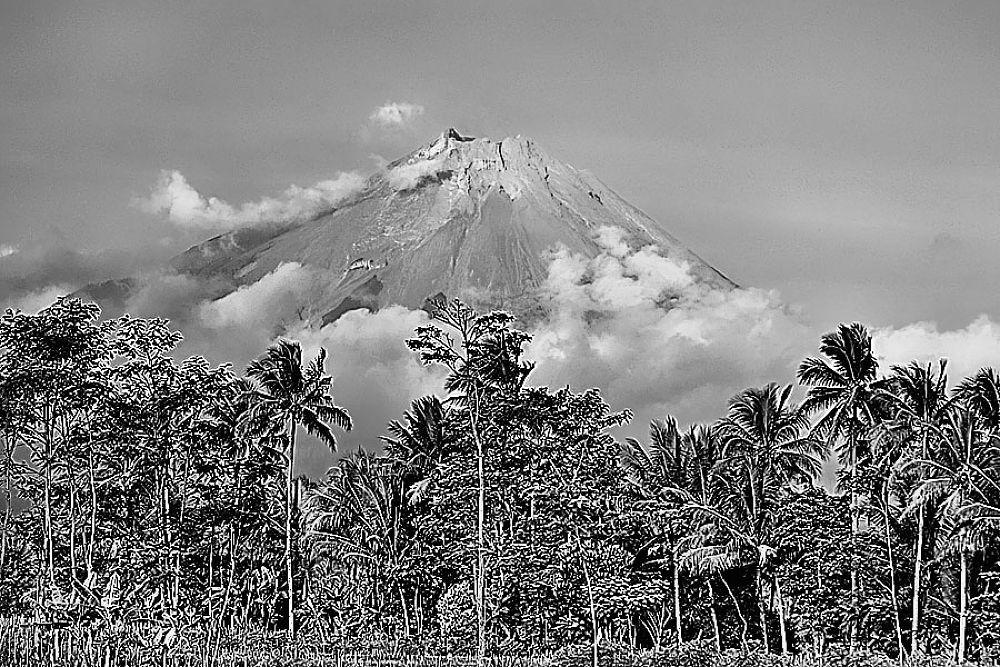 Merapi Mountain by gnyomi