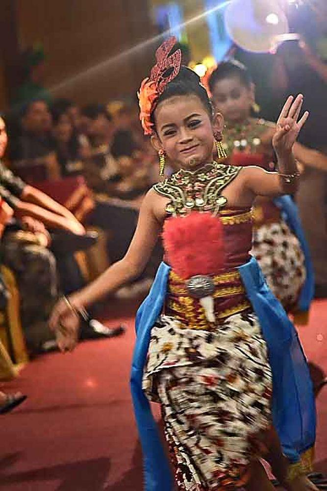dancing smile by gnyomi