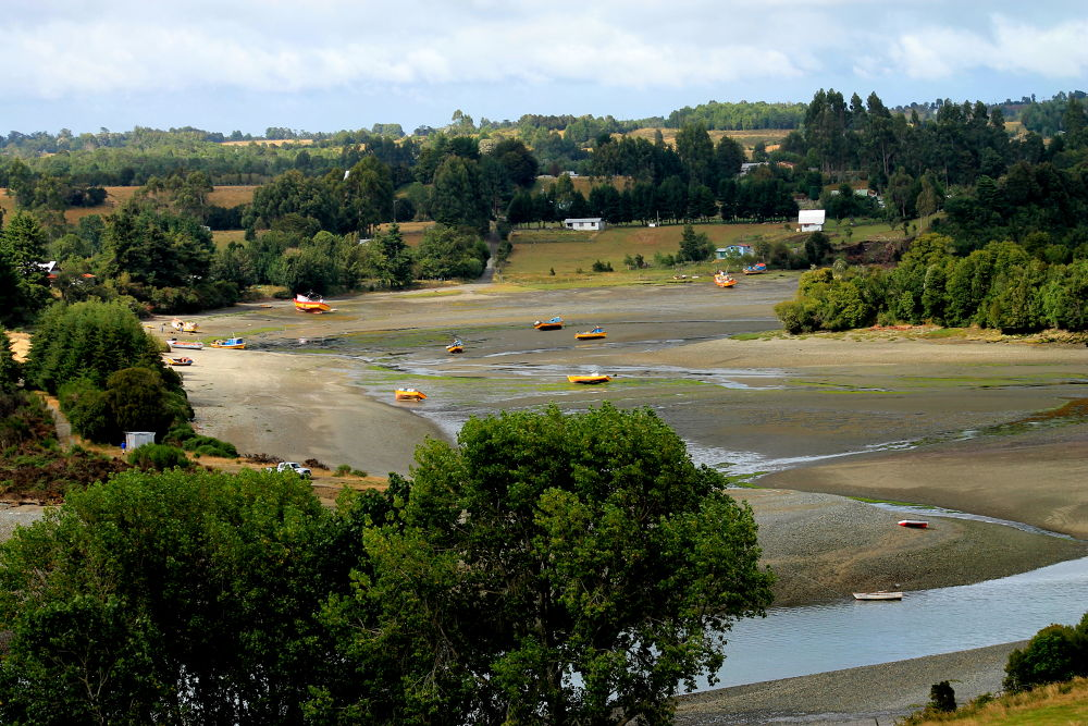 low tide, hueihue chiloe, chile by ichernin