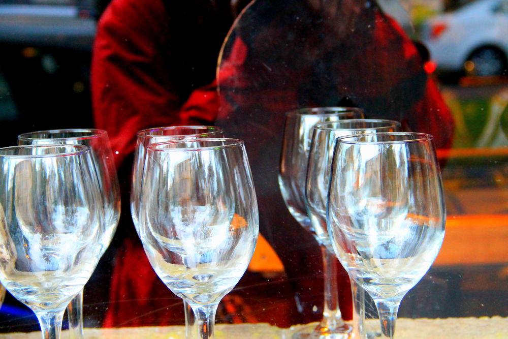 reflection behind wine glasses by ichernin