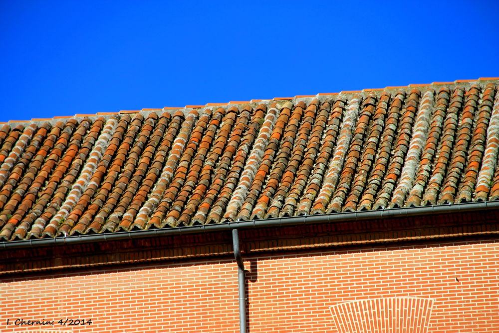 a roof of spanish tiles by ichernin