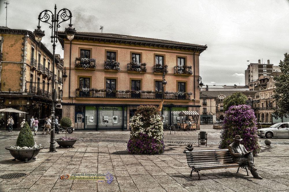 Gaudí sentado en su Plaza (León, España) by Augusto E. López Calvo