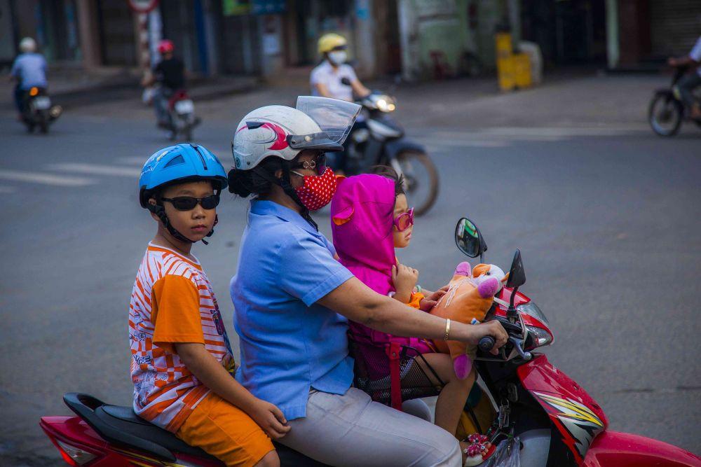 Photo in Street Photography #magaflor #bien hoa #vietnam #mama #children #street