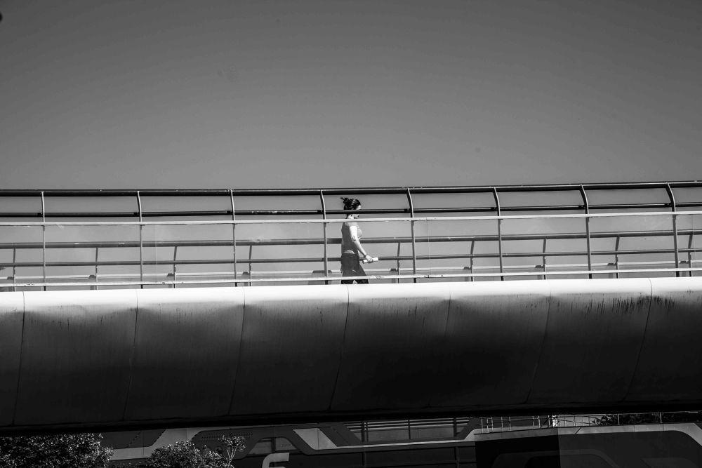 le passage d'une femme dans un espace by photomagaflor