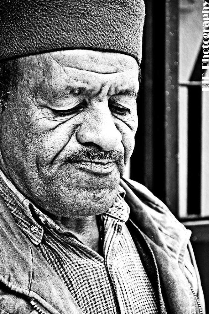 Photo in Portrait #oild #man #old man #human #algeria #poor #black #life #sad #noir et blanc #black and white