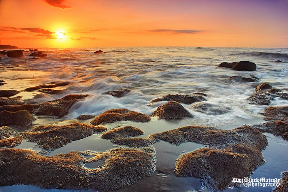 Ponjok Batu Beach by Dwi Sucipta
