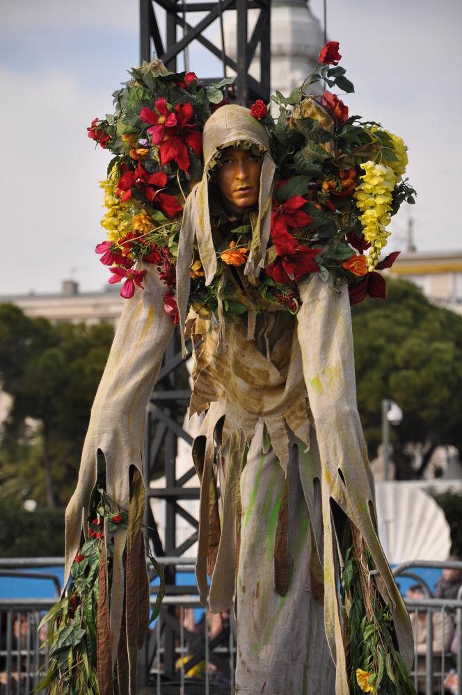 Bataille des fleurs  by Gabriella Szekely