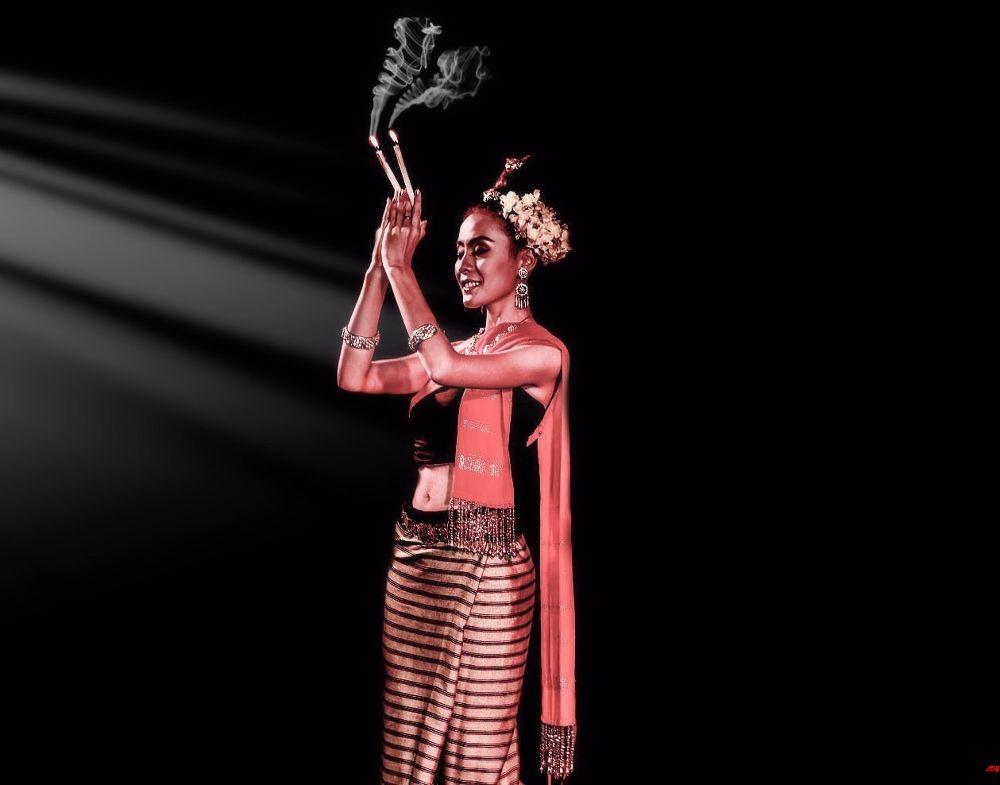 thai dancer  by Lloyd de Gruchy