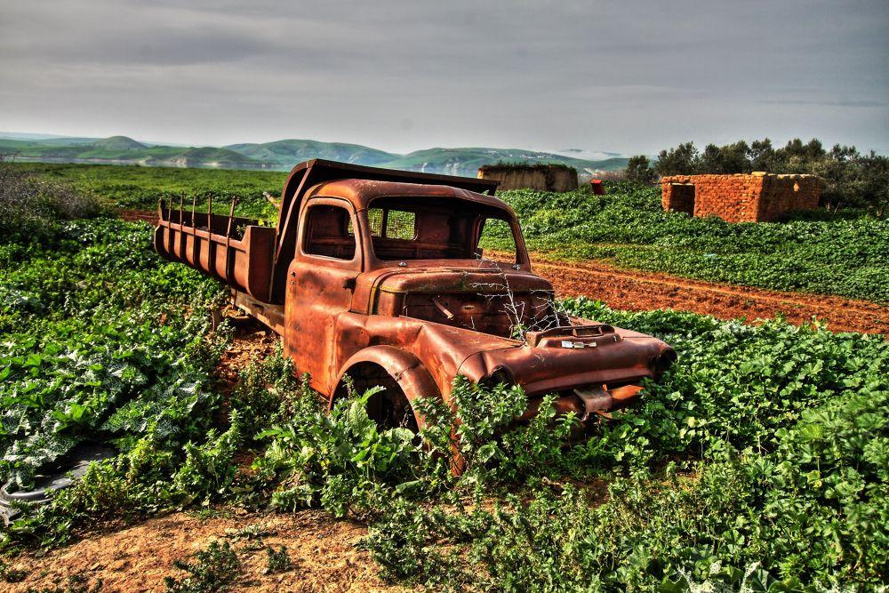 Camion abandonné        by Adil Diouri
