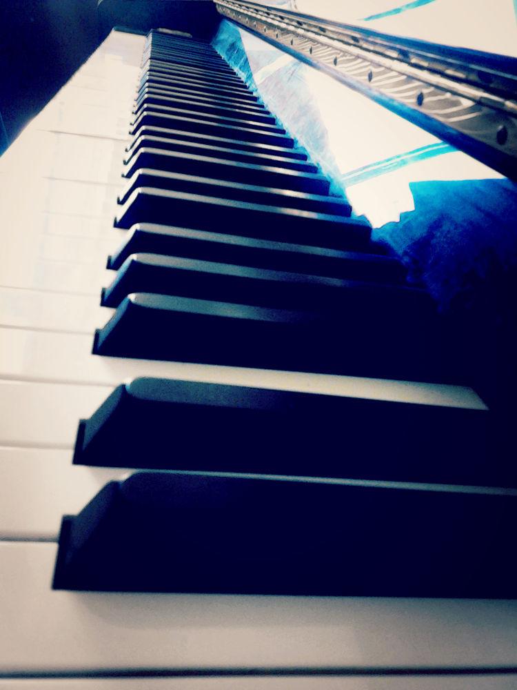 Piano keys in domino effect by krislindkulari