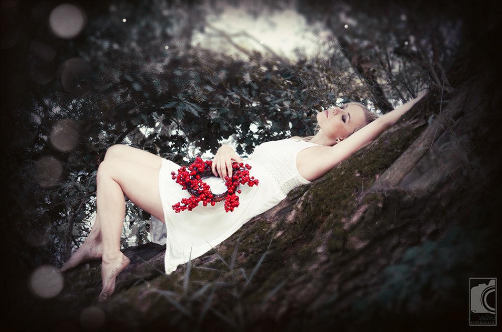 lost in her mind. by sollenafotografie