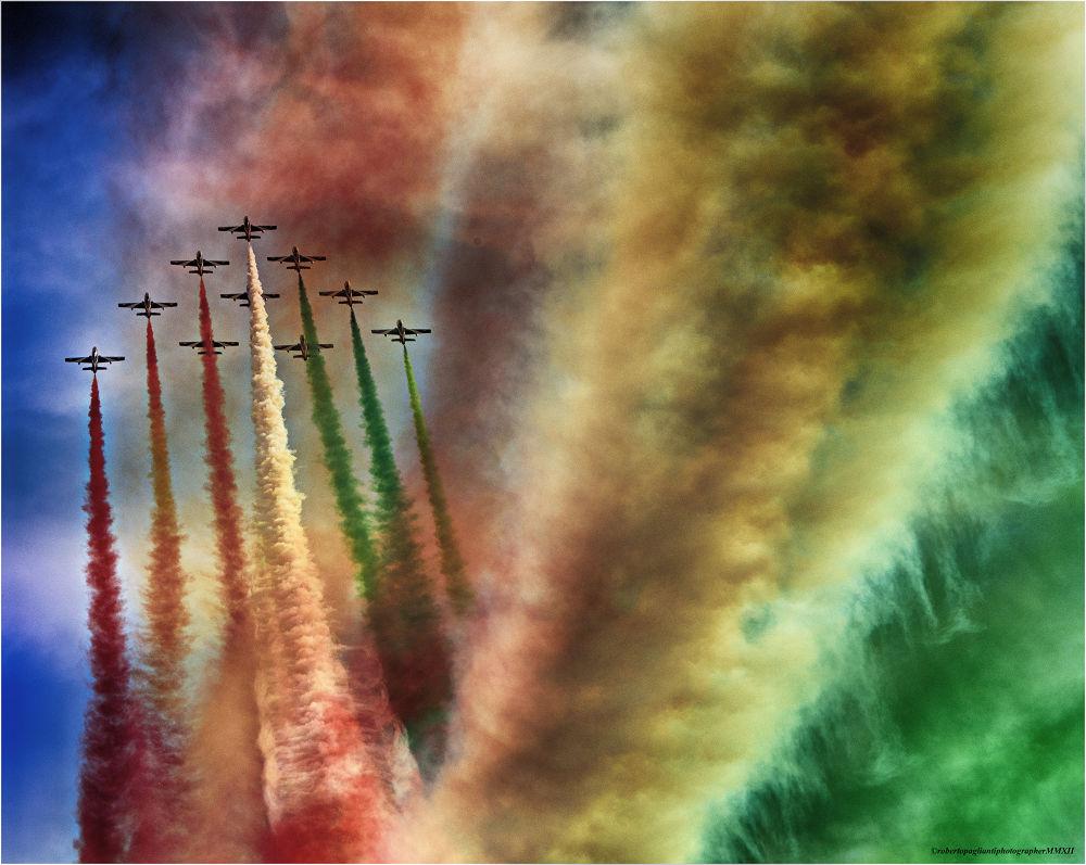 tricolor arrows by robertopaglianti