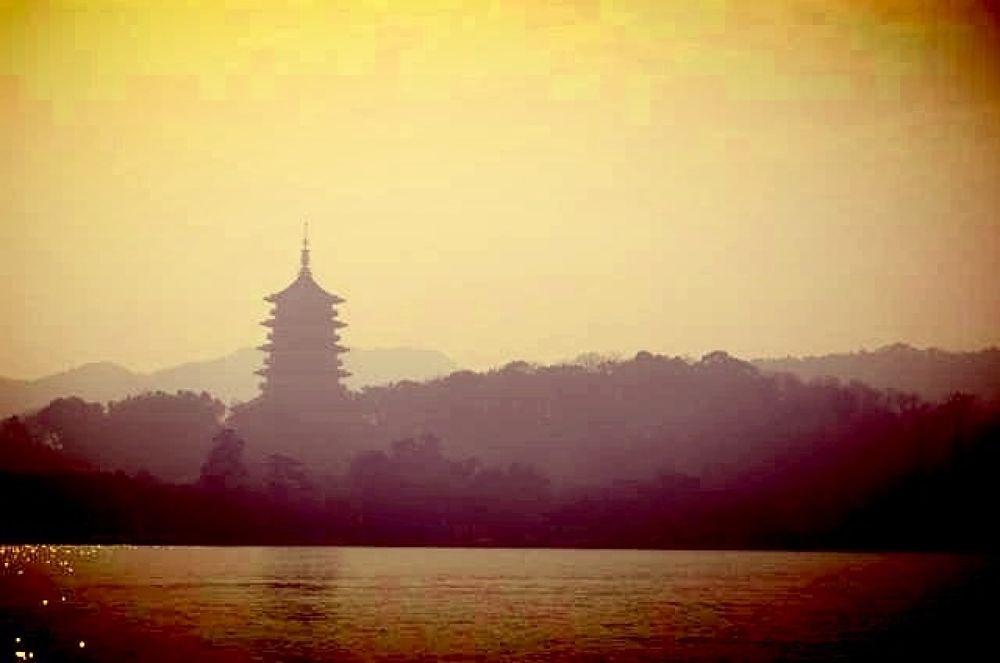 Leifeng Pagoda, China by zengzeng777