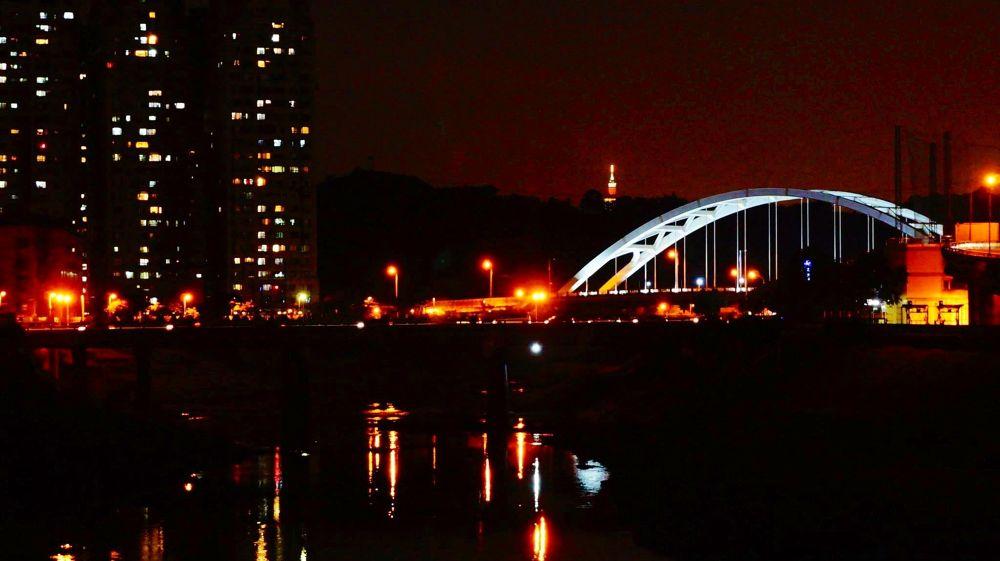 Night, light/ Hsichih, Taiwan by zengzeng777