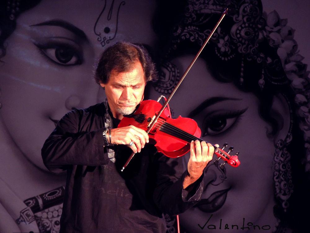 Photo in Random #valentino #luchesi #show #violino #violin #indian #musica #music #helder araujo #praça da liberdade