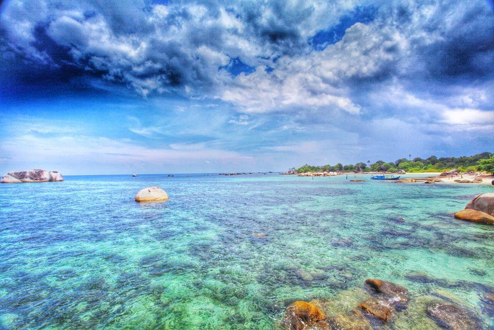 Beautiful beach on Belitung Island..... by liongcewong