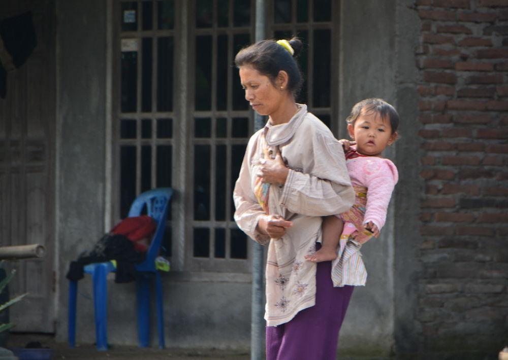 menggendong by Andi kho