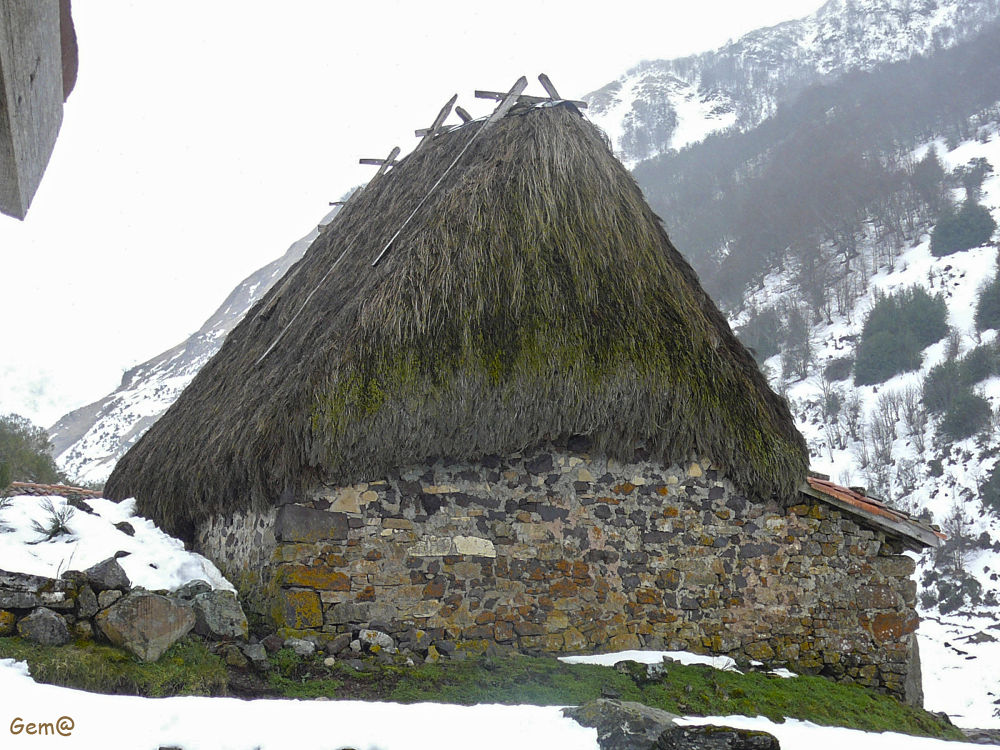 """""""Teito"""" ancient Asturian  building in high mountain by Gema González"""