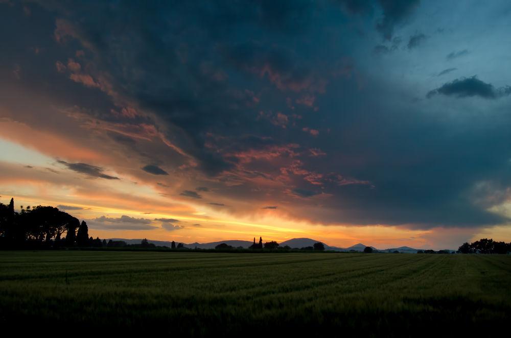 il tramonto sui campi ad Assisi by Massimo Zanderin