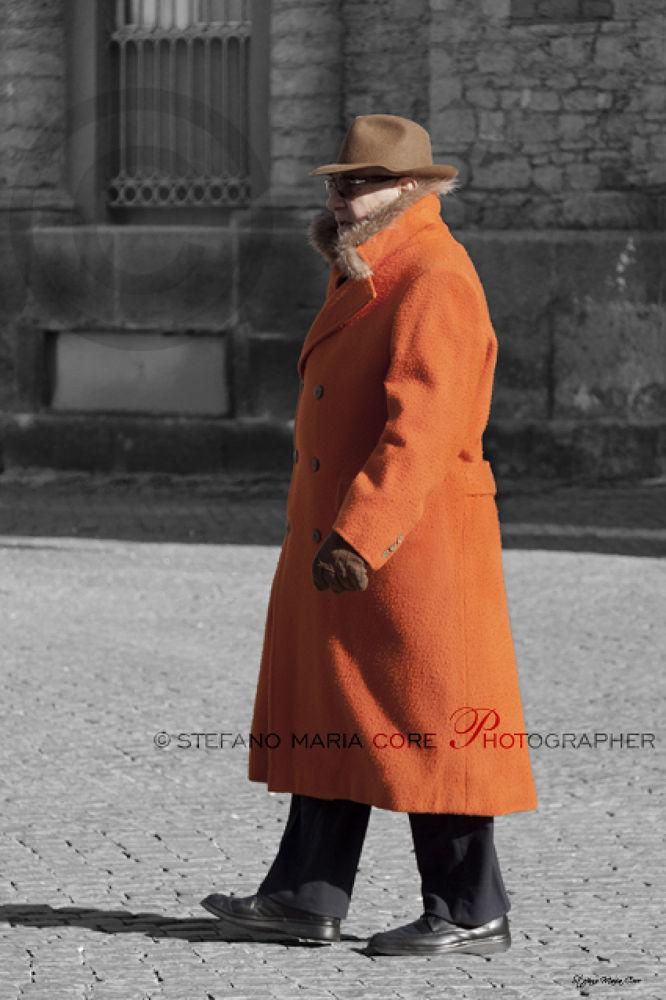 Uomo con cappotto arancione / Man with the orange coat by StefanoMaria