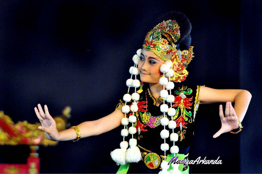Sundanese Traditional Dance by oskyahya