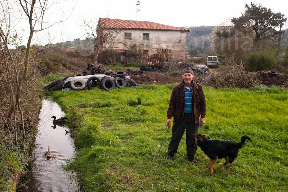 Santiago en su finca de las marismas de Carasa (Cantabria) by Agustin Zorrilla