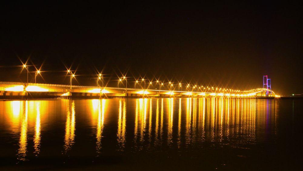 Suramadu bridge by sulihpriyono