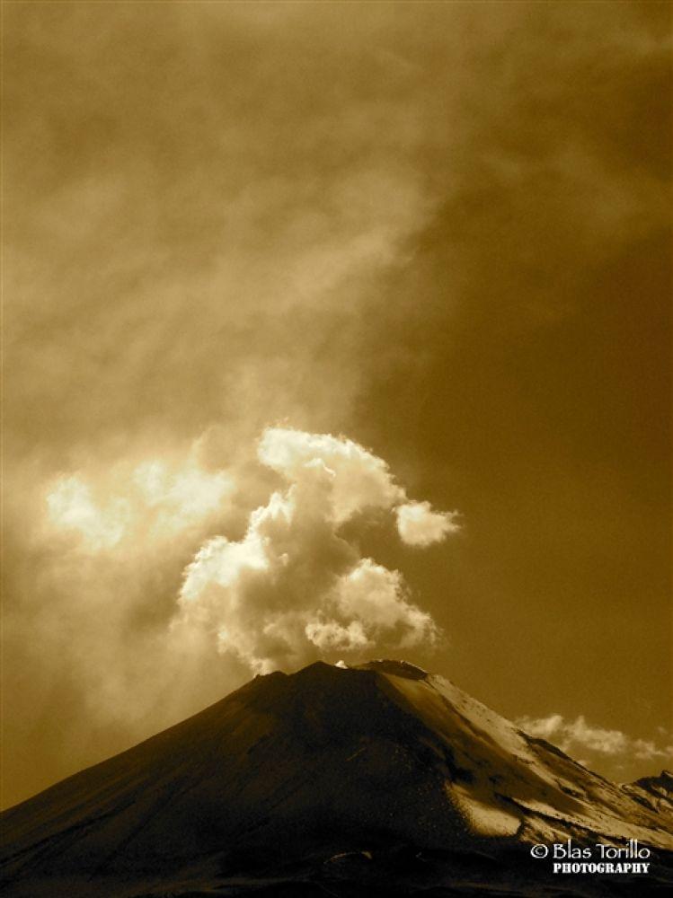 Popocatépetl en sepia by btorillo