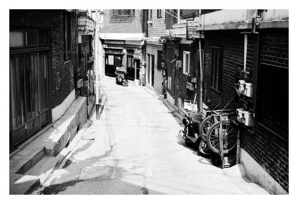 Alley In B&W by visbimmer79
