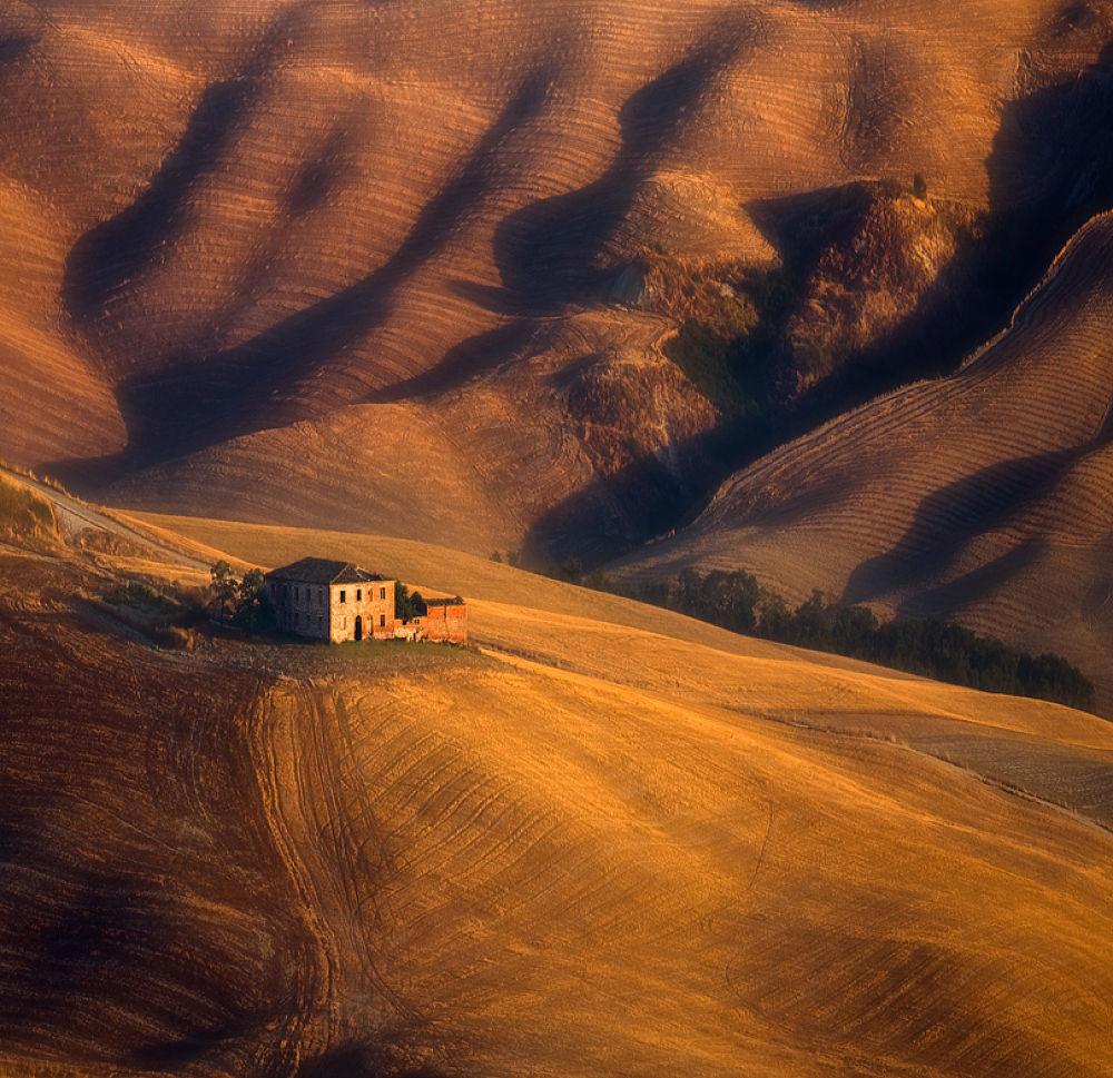 Old farm... by Krzysztof Browko