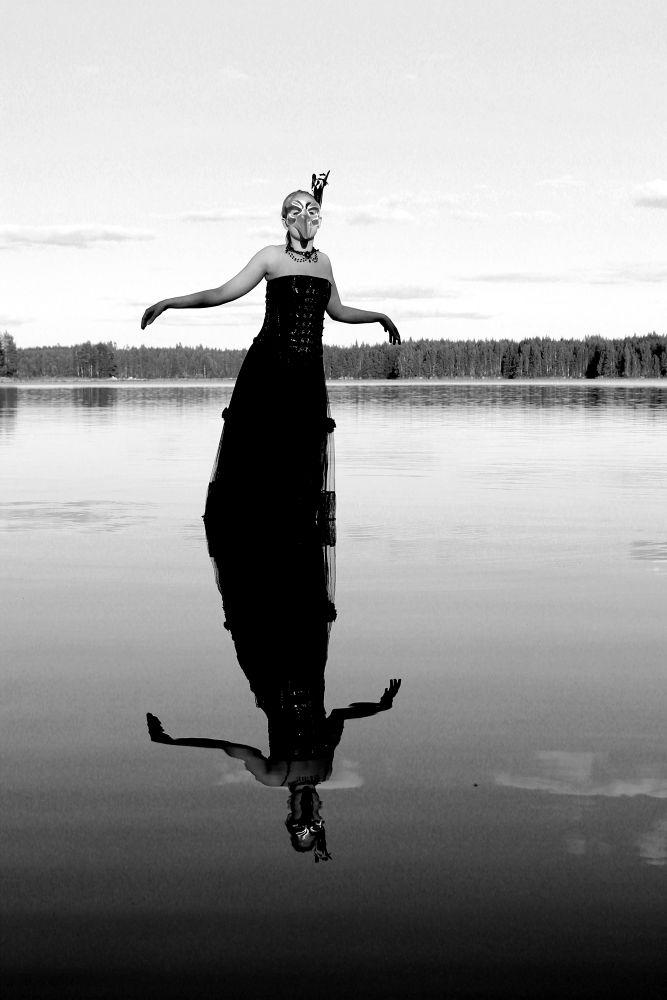 Black Swan  by Heli Vatanen