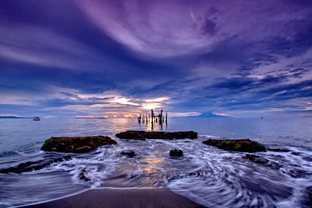 Ampenan Beach by Hendra Gunawan