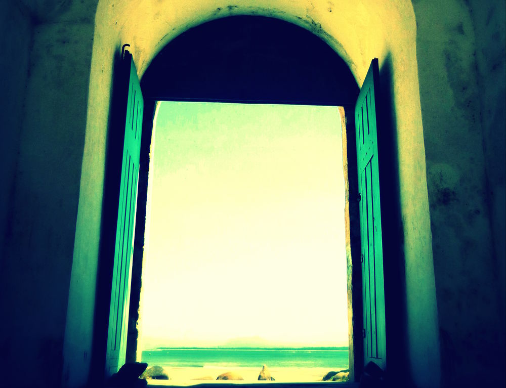 Doors to the sea ... by Maum
