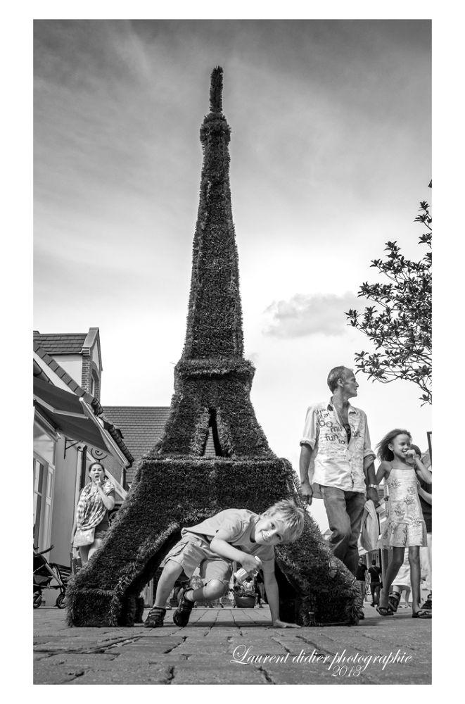 la tour Eiffel au pays des enfants  - shopping vallée juillet 2012 by didierlaurent503