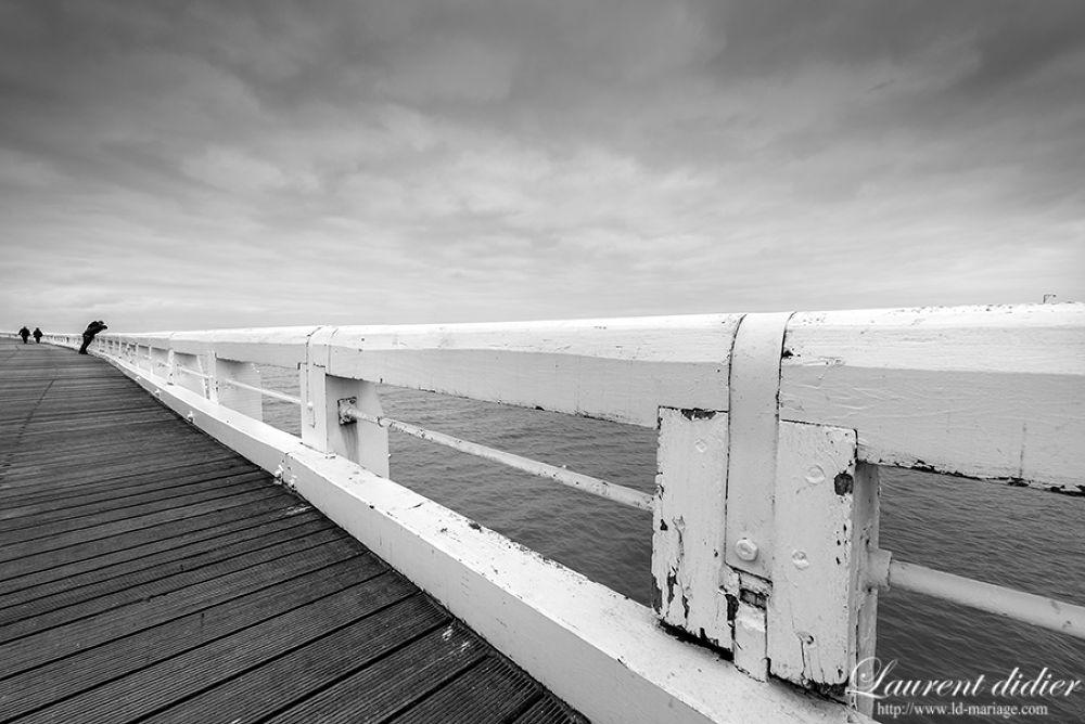 Sur la jetée d'ostende   ciel gris , mer calme -  Belgique 10 juin 2013 by didierlaurent503