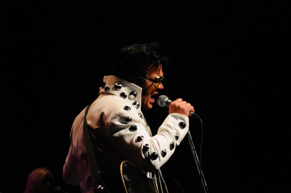 Elvis Performer  by Carine De Leeuw