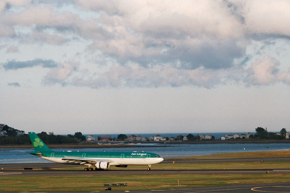Aer Lingus arriving 22L at KBOS by JeffinMass