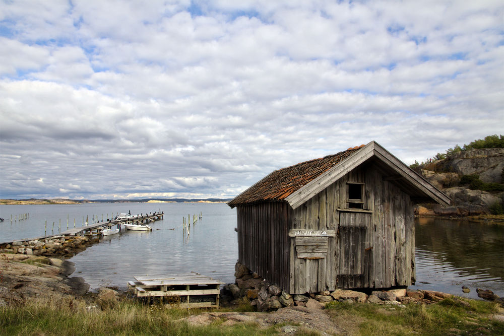 Old fishing hut at Valsäng beach by clicksnapshot
