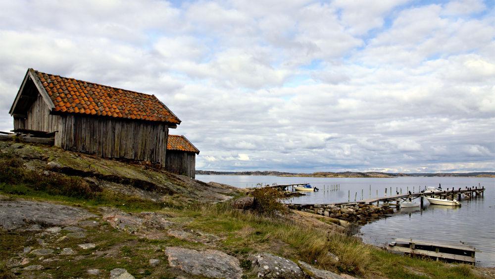 Old fishing huts at Valsäng beach by clicksnapshot