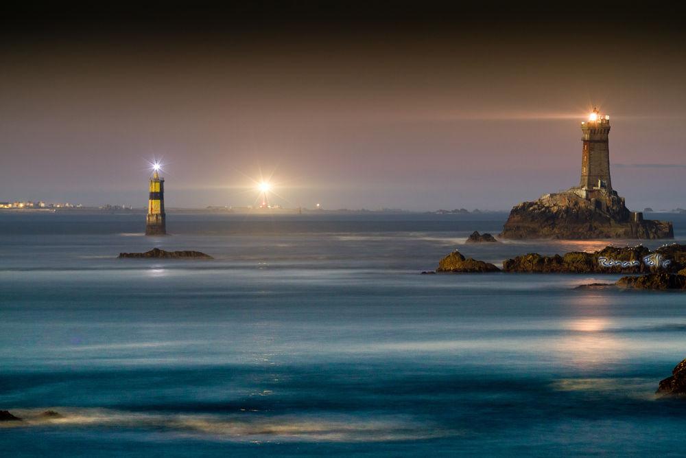 Under the moon light II by Ronan Follic
