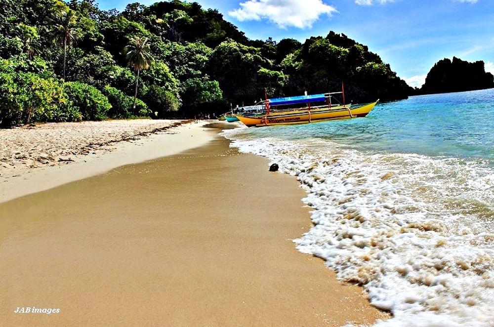 Matukad island beach in Caramoan... by panggajoe