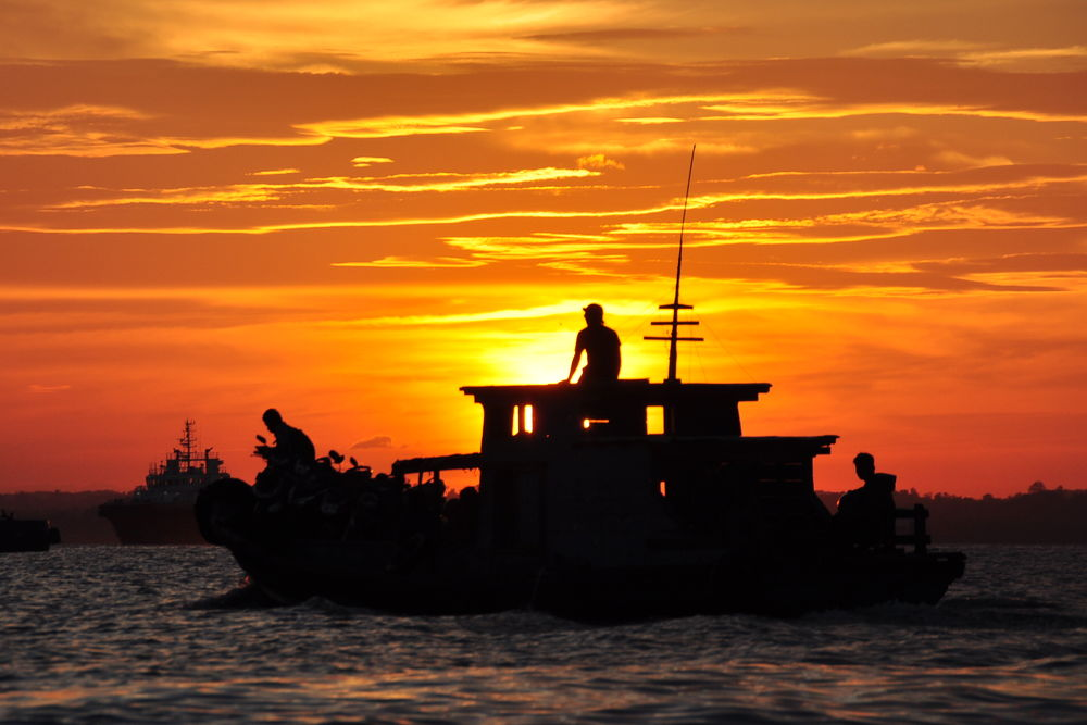 Sunset on Balikpapan Gulf by nurdinrivai